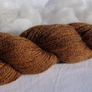 Laine filée corriedale, alpaga, lama et soie. 366-367
