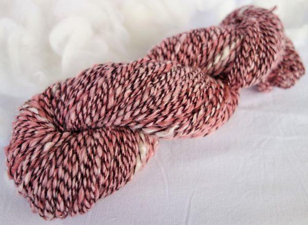 Mélange de laines alpaga, soie et bambou. Teinture cochenille. 536