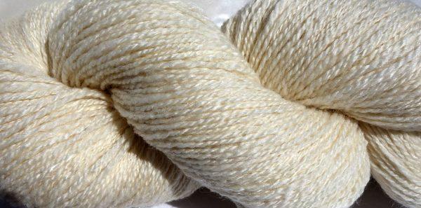 Laine filée mérinos et tencel, couleur naturelle. 1043 b