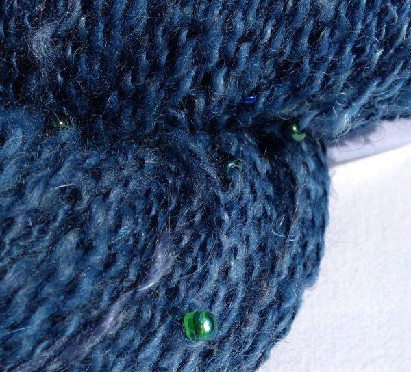 Laine filée au rouet avec des perles. Laine mérinos, mohair, soie. Indigo. 335