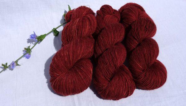 Laine mérinos, alpaga, soie. Single. Teinture garance et lac-dye. 1355-1356-1357