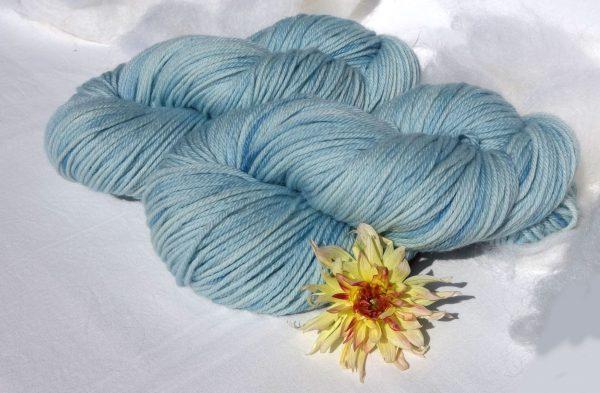 Laine mérinos superwash. DK. Teinture indigo bleu clair. 1420-1421