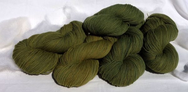 1422-1423-1426 Laine à l'Est mérinos. Teinture végétale indigo et dahlia. Fingering
