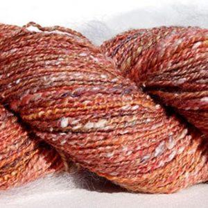 Laine filée au rouet, mérinos, viscose, tweed. Rose 1486