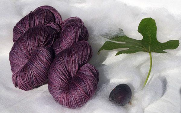Laine mérinos et soie. Fingering. Teintures végétales à l'indigo et au lac-dye. 1475-1476