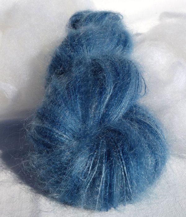 Laine mohair et soie. Fil dentelle. Teinture végétale à l'indigo, nuancé.1439-1440-1441-1442-1443